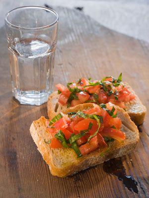 Beslenme  • Karındaki alfa yağ hücrelerini; tahıl ürünleri, meyve, sebze, gibi lifli besinler tüketerek göbeğinizi eritebilirsiniz.  • Sindirim sisteminin düzenli olarak çalışmasına özen gösterin ve günde en az 2 litre su için. • Tahıl ürünlerinin şekerle veya turunçgillerle karıştırılması gaz şikâyetlerine neden olabiliyor. Dolayısıyla bu besinleri aynı anda tüketmemelisiniz. Gaz şikâyetlerini gidermek için papaya ya da ananas yiyebilirsiniz. • Rafine edilmiş karbonhidratlardan ve baklagillerden, uzak durun. Çiğ sebzeleri küçük küçük doğrayarak ya da rendeleyerek yiyin.